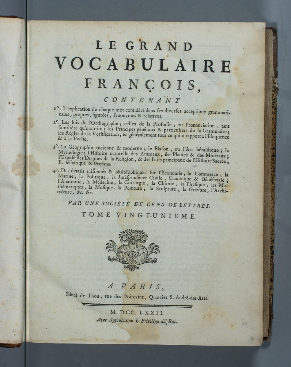 """Bok, halvfranskt band """"Le grand vocabulaire francois ... par une société de gens de lettres"""", del 21, utgiven i Paris 1772.  Band med pärmar av papp med påklistrat stänkt papper, hörn och rygg av skinn med fem upphöjda bind med guldpräglad dekor, titelfält med blindpressad titel och ett mörkare fält med volymens nummer. Med stänkt snitt. Påklistrad etikett märkt med bläck """"No 2."""" samt etikett med volymens innehåll."""