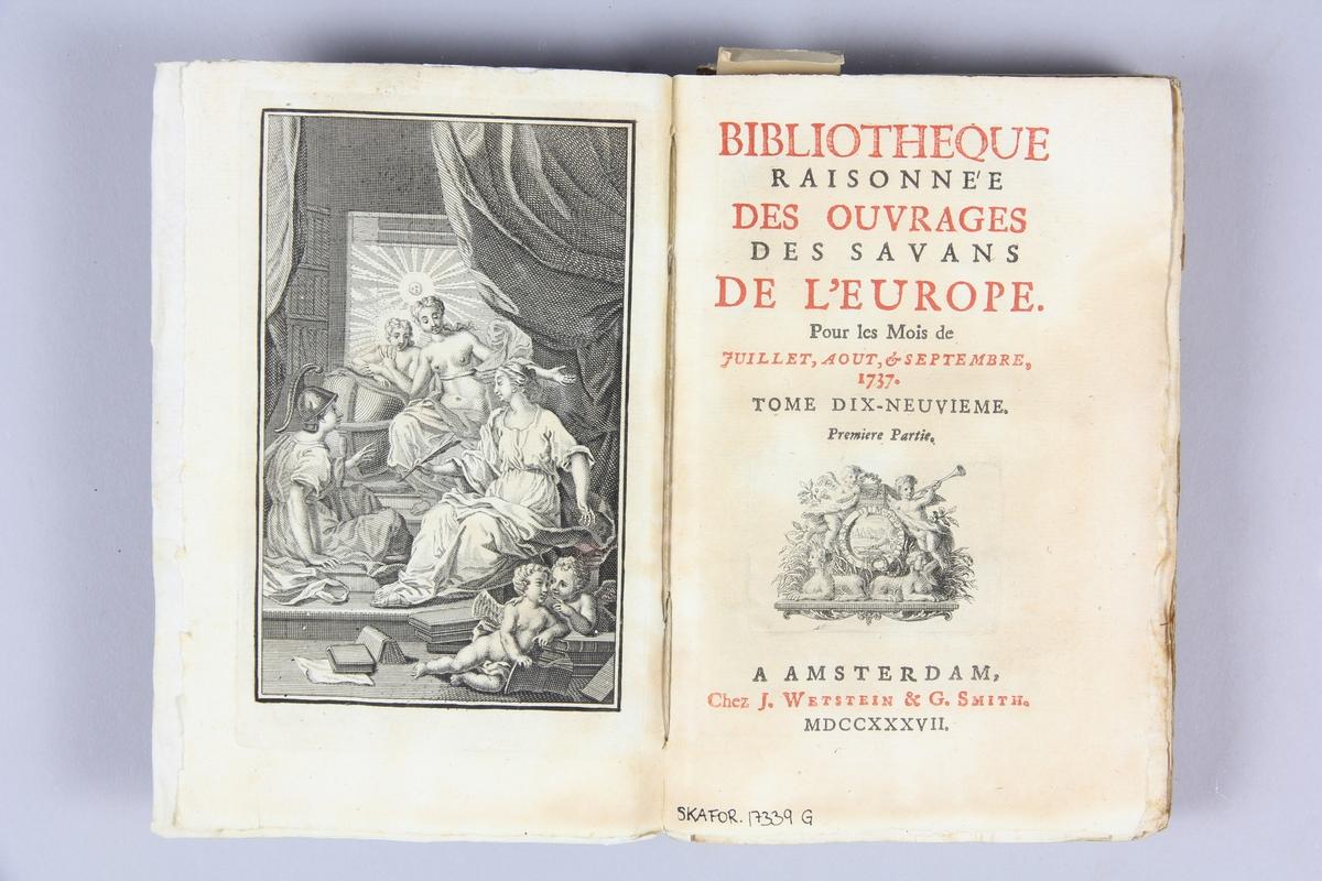"""Bok, pappband, """"Biblioteque raisonée des ouvrages des savans de l´Europe"""",  del 19:1, tryckt 1737 i Amsterdam. Pärmar av marmorerat papper, blekt rygg med påklistrade etiketter med titel (delvis utplånad) och samlingsnummer. Oskuret snitt, ej uppskuren. Anteckning om inköp på pärmens insida."""