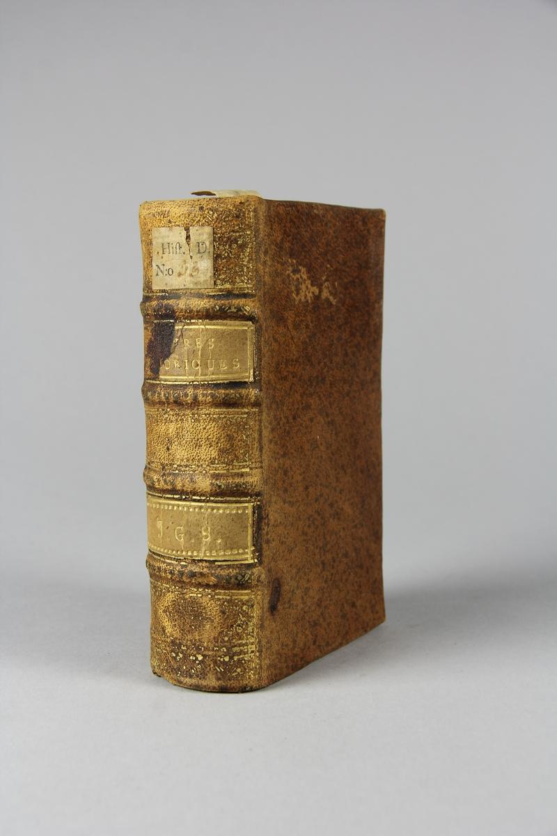 """Bok, helfranskt band, """"Lettre historique et politique"""" del 92, tryckt 1732 i Amsterdam. Skinnband med blindpressad och guldornerad rygg i fyra upphöjda bind,  fält med titel och ägarinitialer, pappersetikett med samlingsnummer. Rödstänkt snitt."""