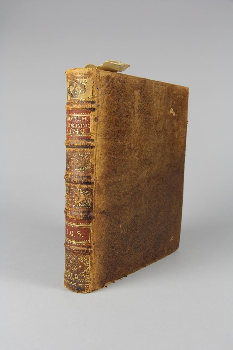 """Bok, helfranskt band, """"Förteckning på Kongl. Placater, Resolutioner, Förordningar och Påbud...1749"""". Skinnband med guldpräglad rygg i fem upphöjda bind, skuret stänkt snitt. Pärmens insida klädd med marmorerat papper."""