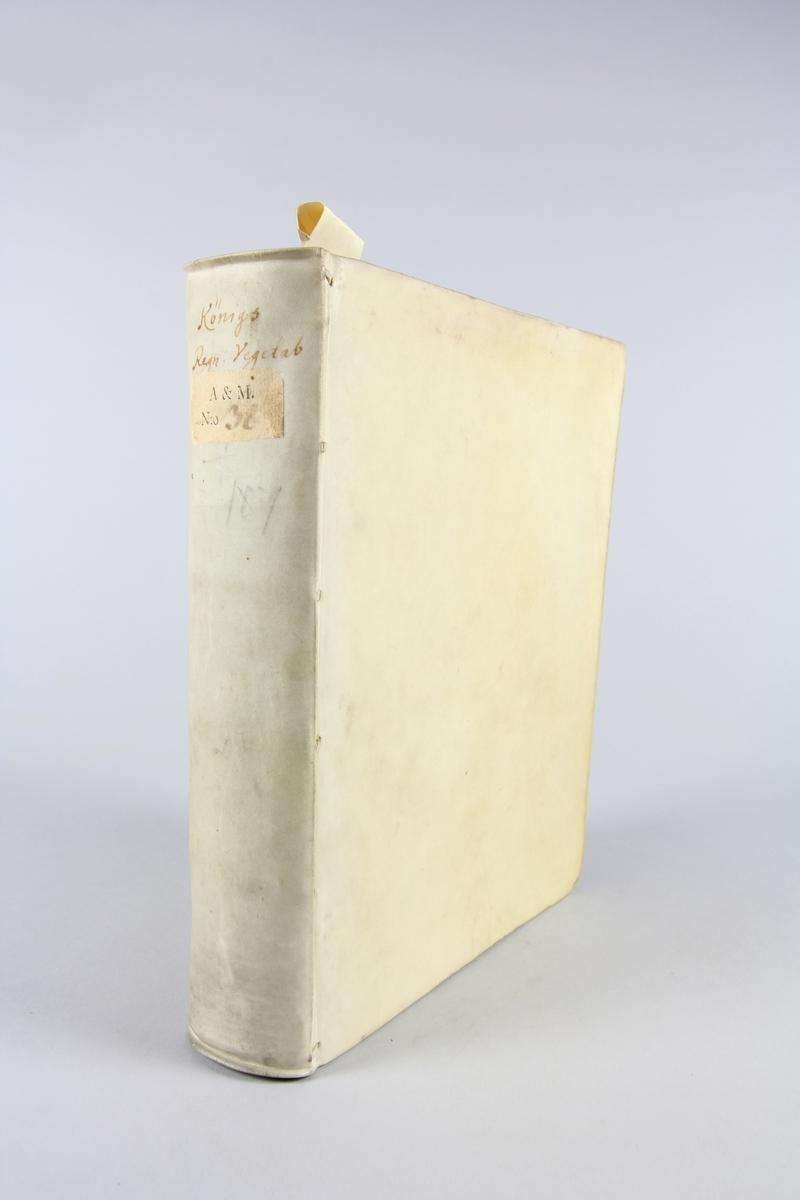 """Bok. pergamentband, """"Regnum vegetabile"""" tryckt 1698. Band av pergament, rött snitt. På ryggen bokens titel samt samlingsnummer. Anteckning om förvärv."""