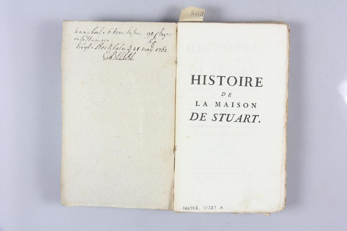 """Bok """"Histoire de la maison de Stuart sur le trône d'Angleterre"""", del 1, skriven av Hume, tryckt i London 1751. Pärmar av gråblått papper, oskurna snitt. Blekt rygg med etikett med titel och samlingsnummer. Med anteckning om inköp."""