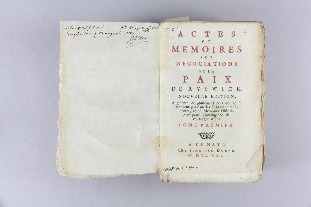 """Bok, häftad, """"Actes et mémoires des negociations de la paix de Ryswick"""", del 1. Pärmar av marmorerat papper, oskuret snitt. Ej uppsprättad. Blekt rygg. Anteckning om inköp."""