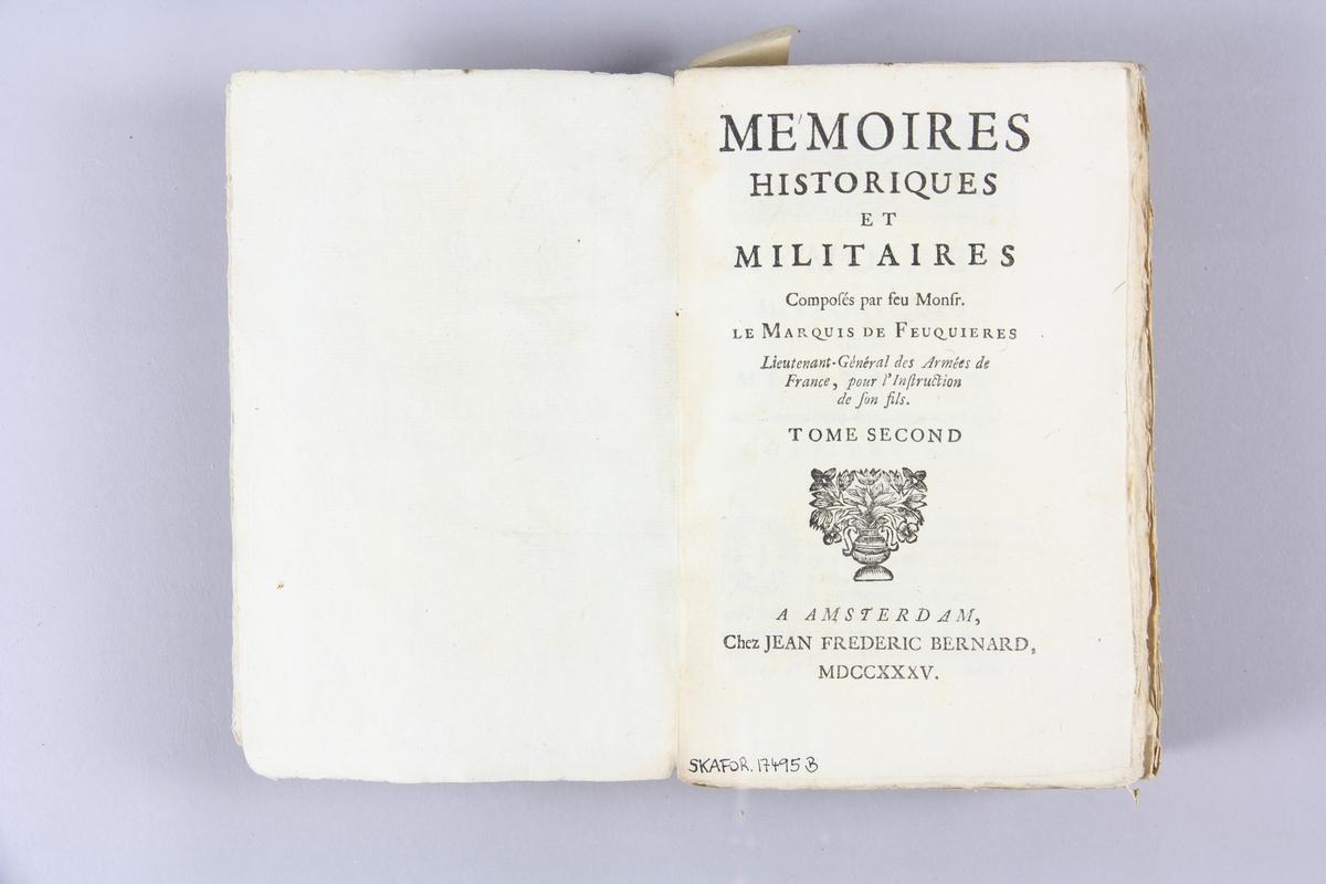 """Bok, pappband, """"Mémoires historiques et militaires"""", del 2, tryckt 1735 i Amsterdam. Pärmar av marmorerat papper, blekt rygg med etikett med volymens namn (oläsligt) och samlingsnummer. Oskuret snitt, ej uppskuren."""