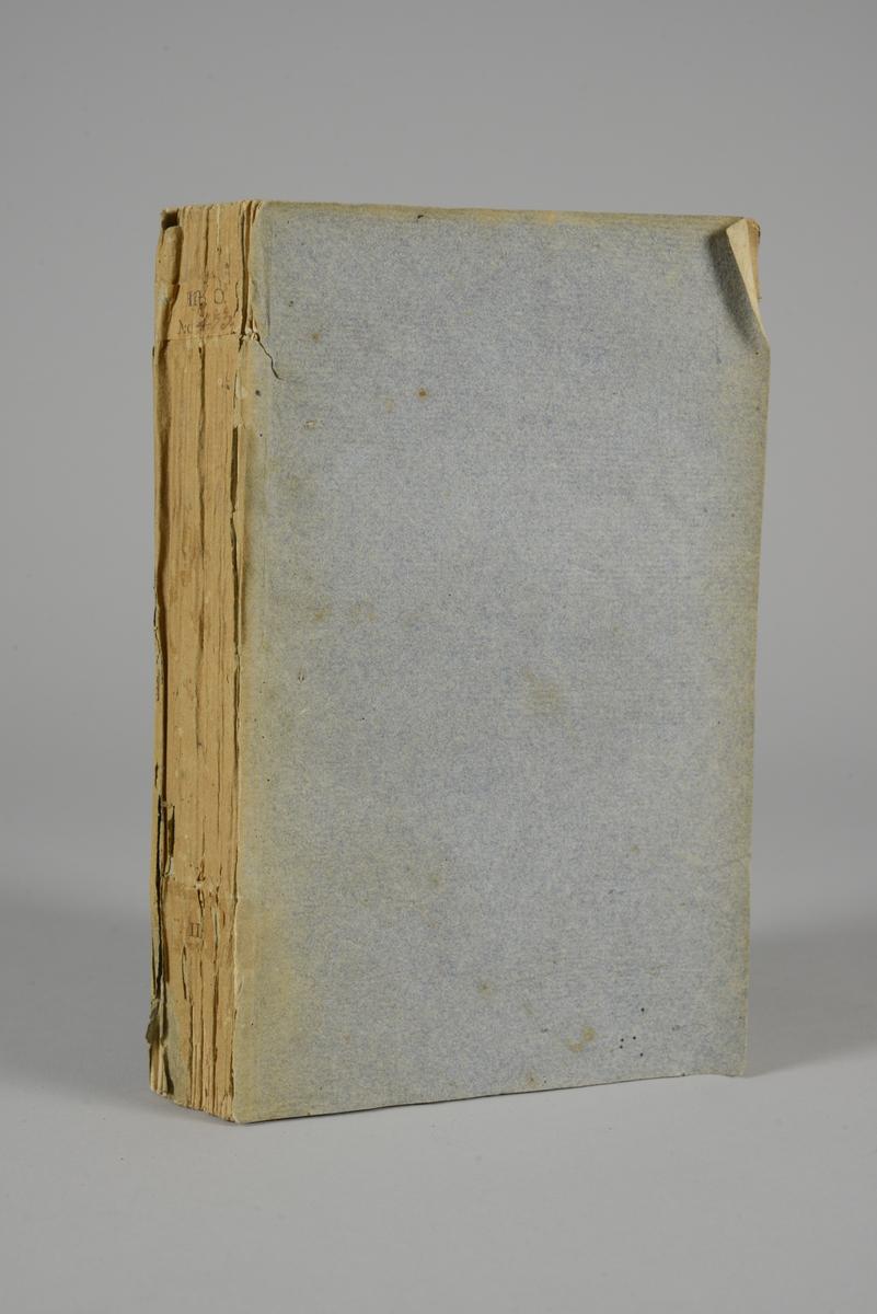 """Bok, häftad """"Essai sur l´histoire des comices de Rome, des Etats-Generaux de la France et du parlement d´Angleterre"""", utgiven 1789 i Paris.  Pärmen klädd med gråblått papper, blekt rygg. Med oskurna snitt. På ryggen tryckt etikett med nummer. På pärmarnas insidor klistrade sidor ur annan bok."""