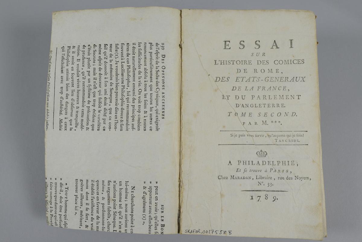 """Bok, häftad, """"Essai sur l´histoire des comices de Rome, des Etats-Generaux de la France et du parlement d´Angleterre"""", del 2, utgiven 1789 i Paris.  Pärm av gråblått papper, blekt rygg, skurna snitt. På ryggen tryckt etikett med samlingsnummer. På pärmarnas insidor klistrade sidor ur annan bok."""