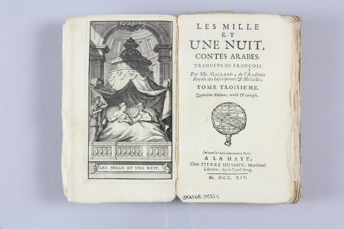 """Bok, häftad, """"Les mille et une nuits. Contes arabes"""", del 3, tryckt 1714 i Haag. Pärm av blåmarmorerat papper, oskuret snitt. På ryggen etikett med  titel och samlingsnummer."""