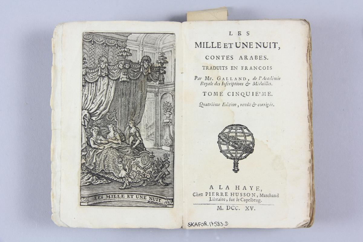 """Bok, häftad, """"Les mille et une nuits. Contes arabes"""", del 5, tryckt 1715 i Haag. Pärm av blåmarmorerat papper, oskuret snitt. På ryggen etikett med  titel och samlingsnummer."""