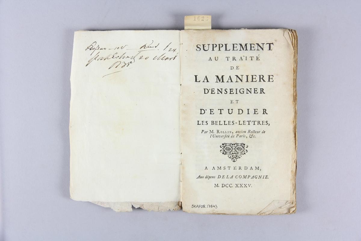 """Bok, häftad, """"Supplement au traité  de la manière d´enseigner et d´etudier les belles lettres"""". Pärmar av marmorerat papper, oskuret snitt. Blekt rygg med titel och samlingsnummer."""