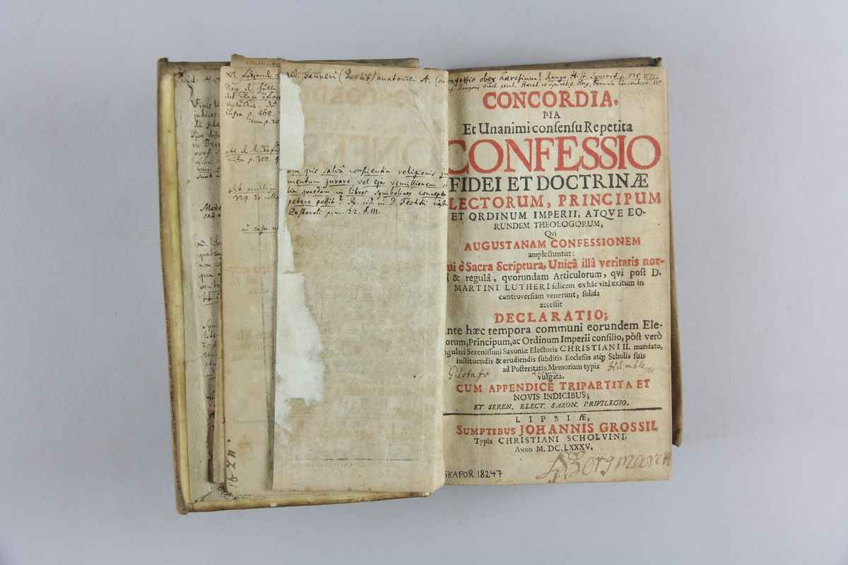 """Bok, """"Concordia pia..."""". Pergamentband med titelfält på ryggen. Pärmarnas insidor, försättsblad,  titelsida m.m. med anteckningar på latin. Utvikbar plansch."""