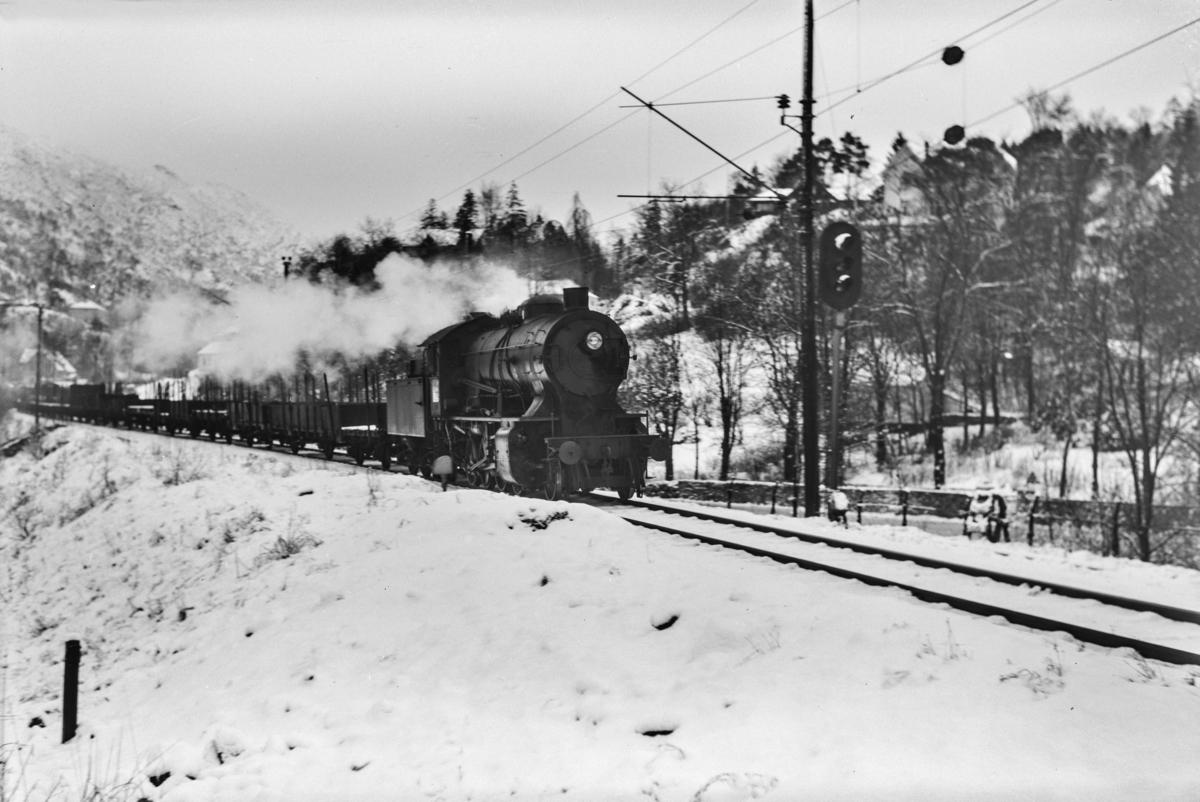 Godstog ved Fjøsanger stasjon på Bergensbanen. Toget trekkes av damplokomotiv type 33a nr. 300.