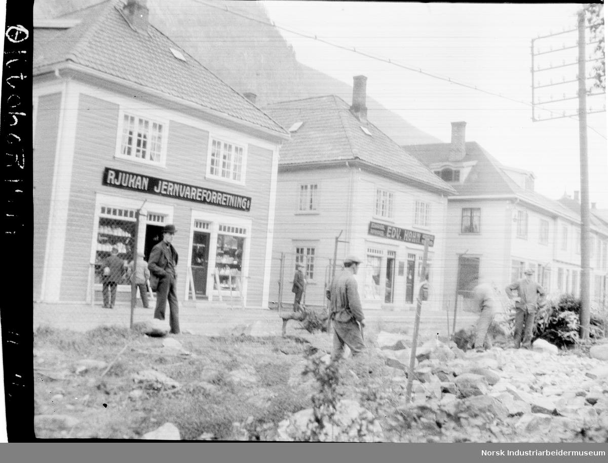Butikkfasader i Rjukan; Rjukan jernvareforretning og Edv. Køhn.