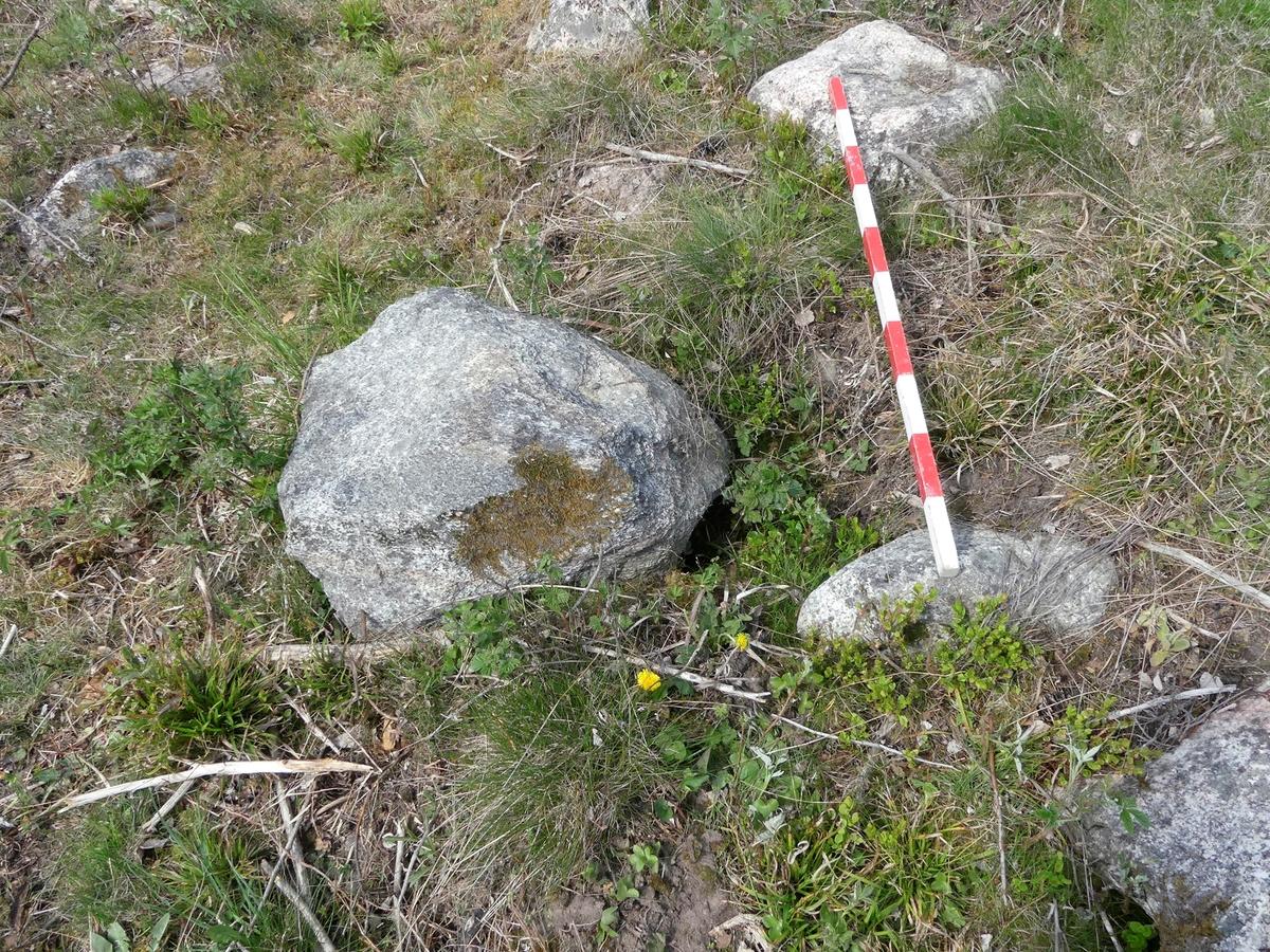 Kartering och dokumentation, A134, grav, kantkedjesten i sydöst rubbad ur läge, gravfält 176:1, Trevlinge, Rasbo socken, Uppland 2018