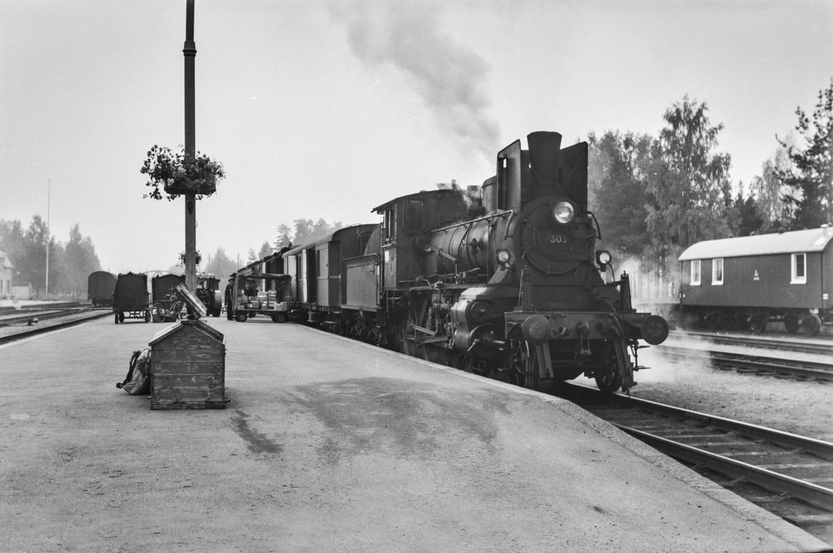 Dagtoget fra Oslo Ø til Trondheim over Røros, tog 301, på Elverum stasjon. Toget trekkes av damplokomotiv type 27a nr. 303.