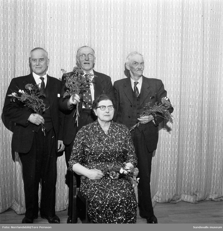 Pensionärsföreningen på W6, fyra medlemmar som fått blommor.