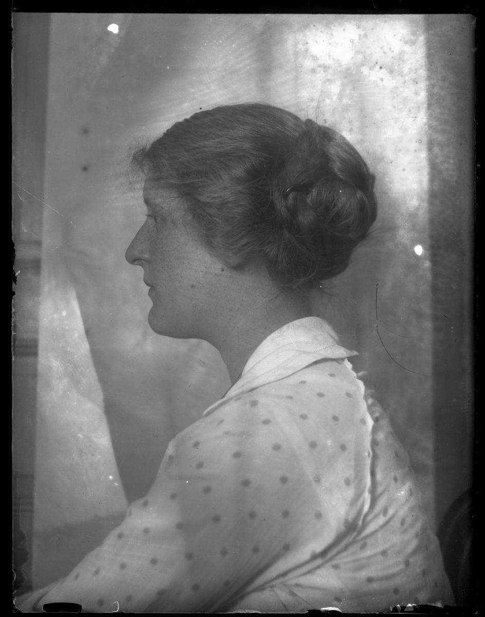 Hildur Wilhelmsson, i vit blus med prickar, fotograferad i profil.