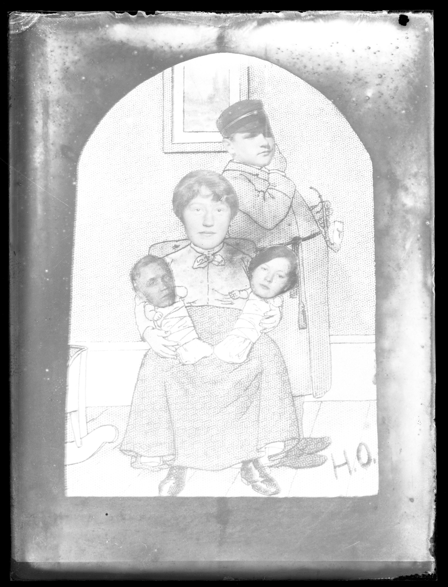 """Tecknade figurer med med monterade fotografier till huvuden. Fotografierna är porträtt av Einar, Vera, """"Lalle"""" & E. Claesson."""