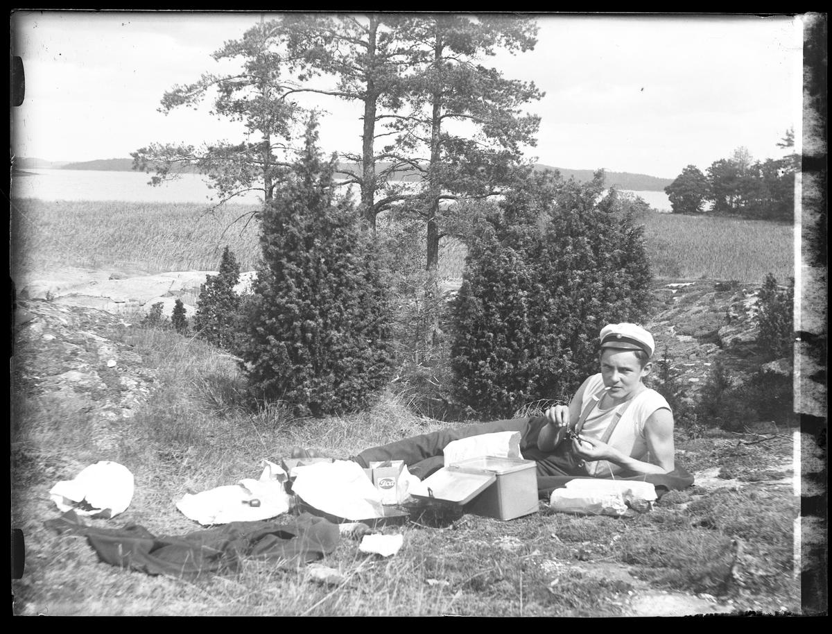 Folke Olsson röker en cigarett vid fikapaus från fiskande vid Norseskären, Mjörn.