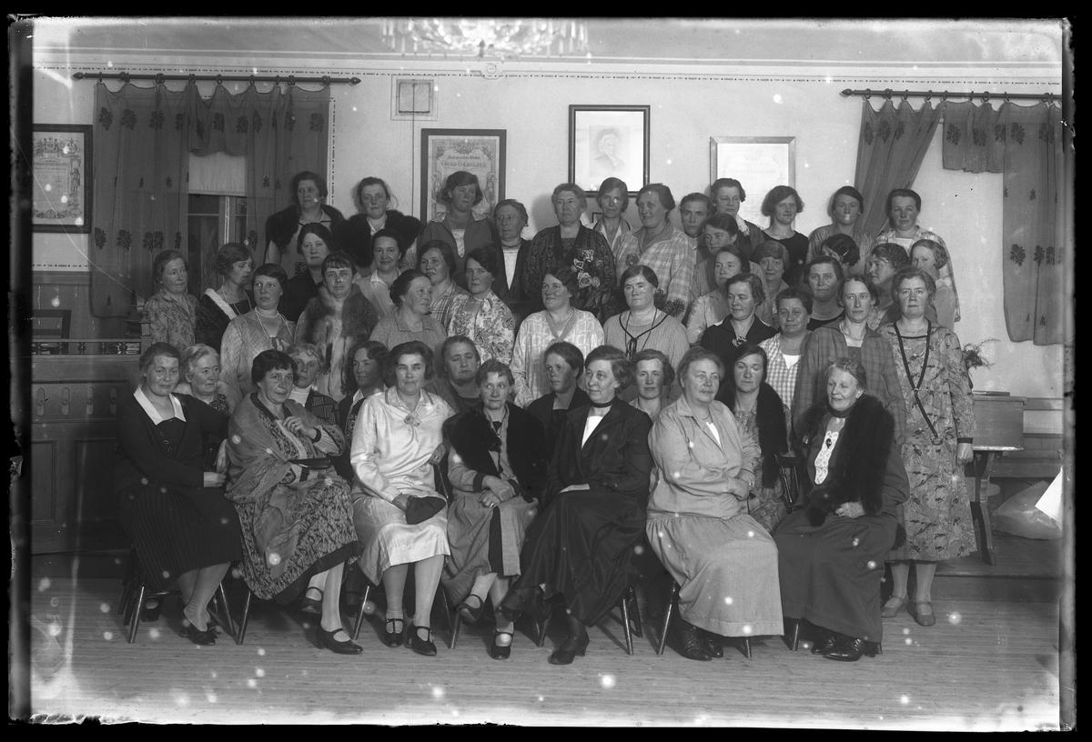 Gruppbild på husmodersföreningens medlemmar.