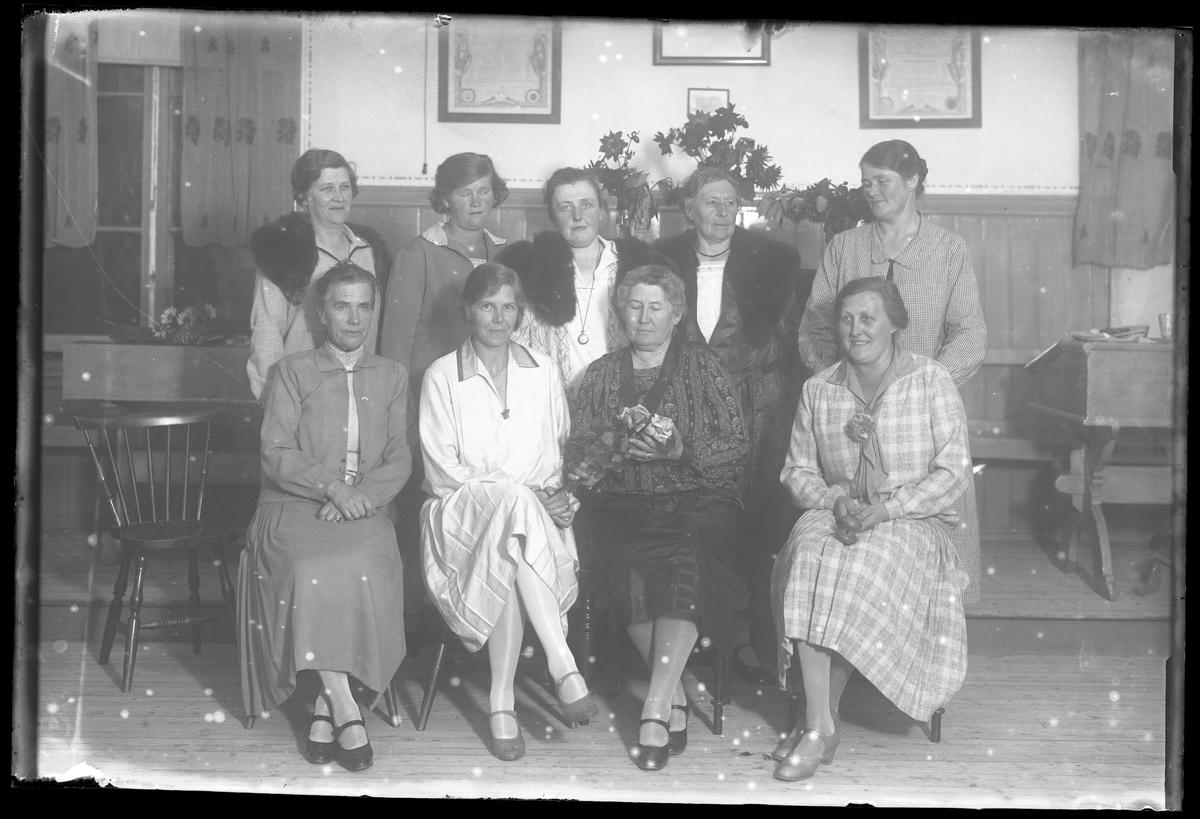 Gruppbild på husmodersföreningens styrelse.