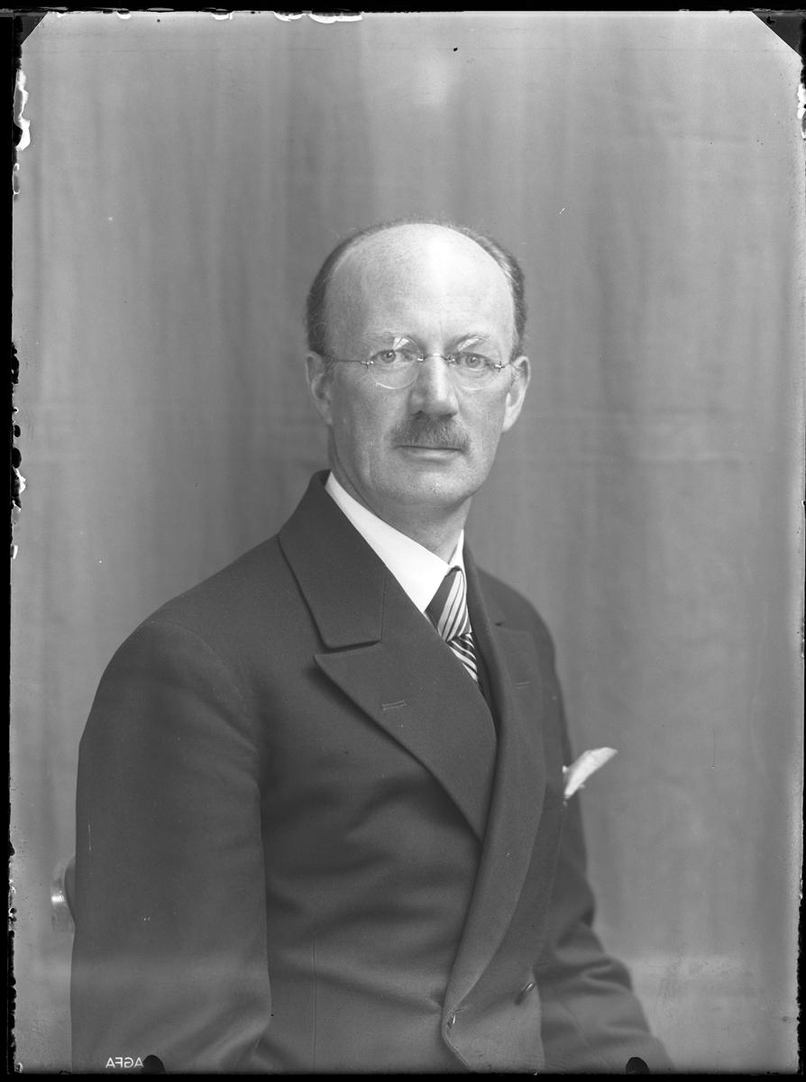 """Porträtt av man i kostym, randig slips och en näsduk i bröstfickan. I fotografens egna anteckningar står det """"Segerfors""""."""