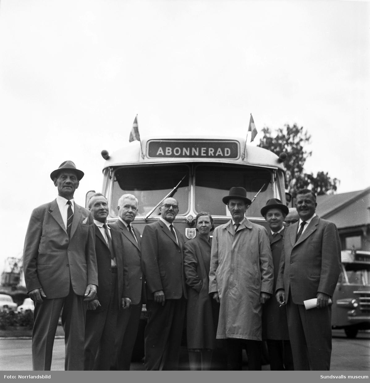 Stuveripensionärer samlade vid busstationen för en bussutflykt.