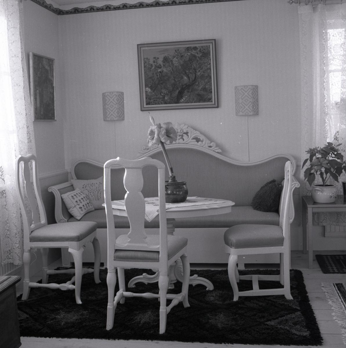 I ett rum står en soffgrupp runt ett bord, 1971.