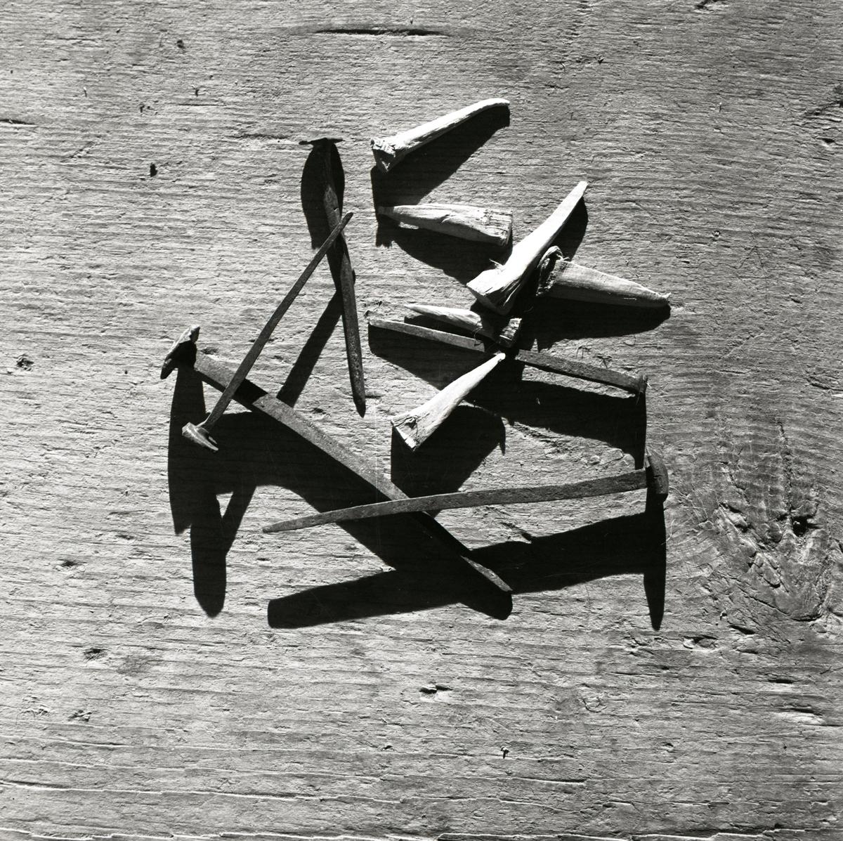 En hög med smidda spikar och träpluggar, 1967.