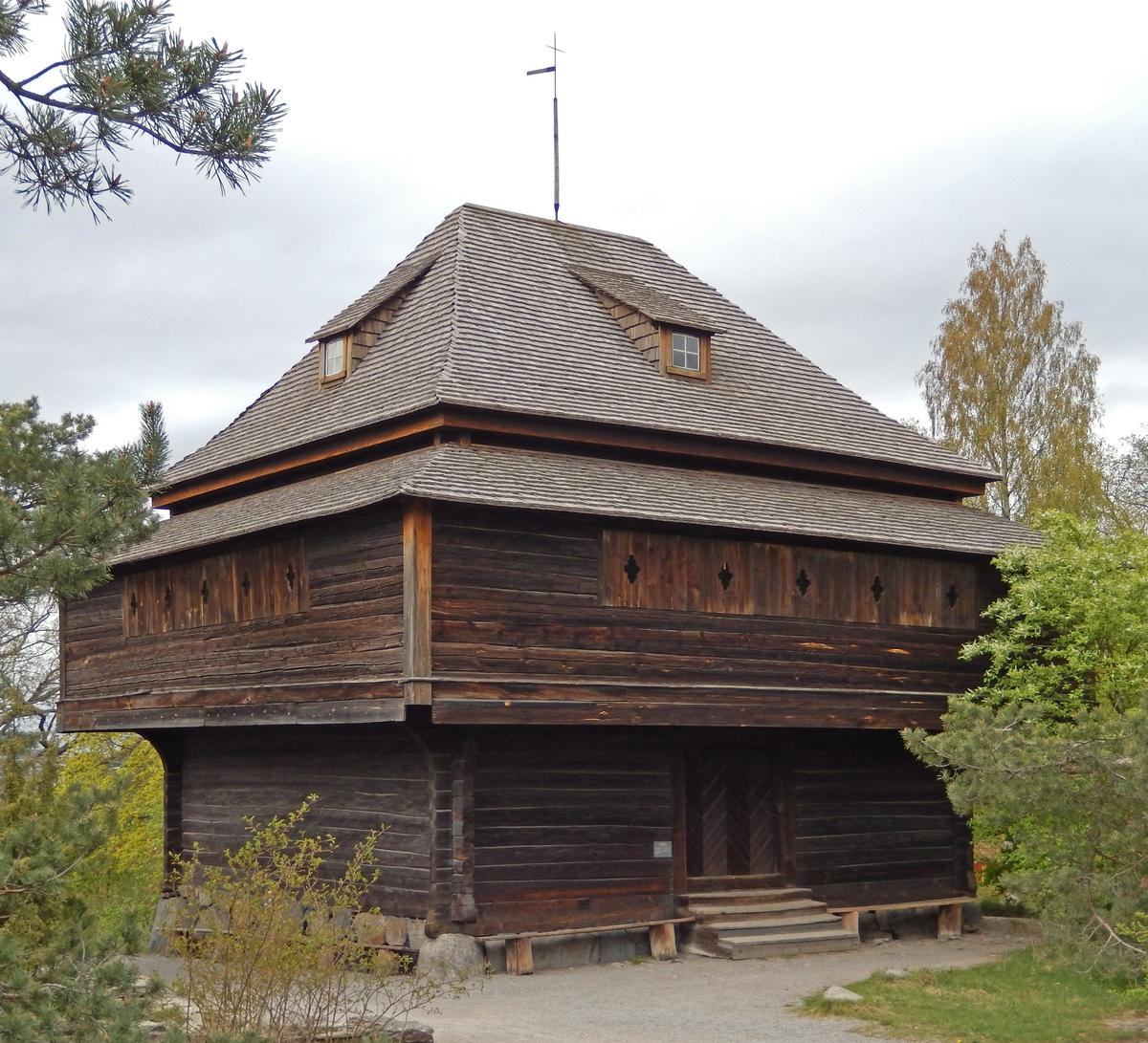 Fatburen på Skogaholm är en förrådsbod, timrad i tre våningar med ett rum på varje våningsplan. Runt mellanvåningen löper en svalgång med spåntäckt tak. Fatburen har ett valmat spåntak, dvs taket har fall åt fyra håll. Fyra takkupor med små fönster släpper in dagsljus i den översta våningen.   Fatburen kopierades efter en fatbur på Björkviks herrgård, Östra Ryds socken i sydöstra Östergötland och byggdes upp på Skansen 1893. Förlagan har bedömts vara från 1600-talet men byggnadstypen är ålderdomlig.