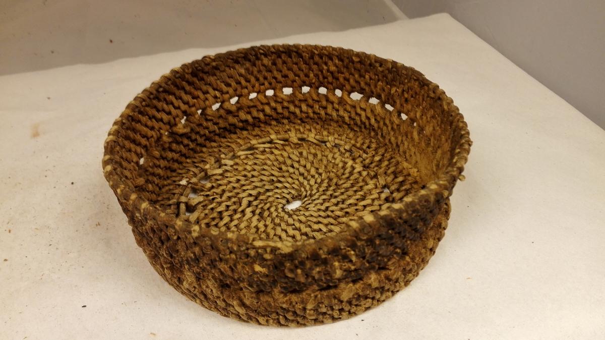 1 osteteie.  Osteteie av vanlig form, flettet av tæger. Øvre diameter ca 21 cm, höide 7 cm.  Gave fra frk. Leni Munthe, Aaröen.