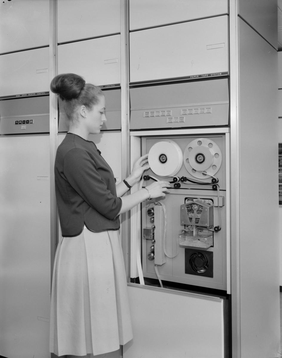 Forenede Annonseb. , Elektriske regnemaskiner, Blindern..Univac 1107 Thin-film memory computer, Uniservo 2A