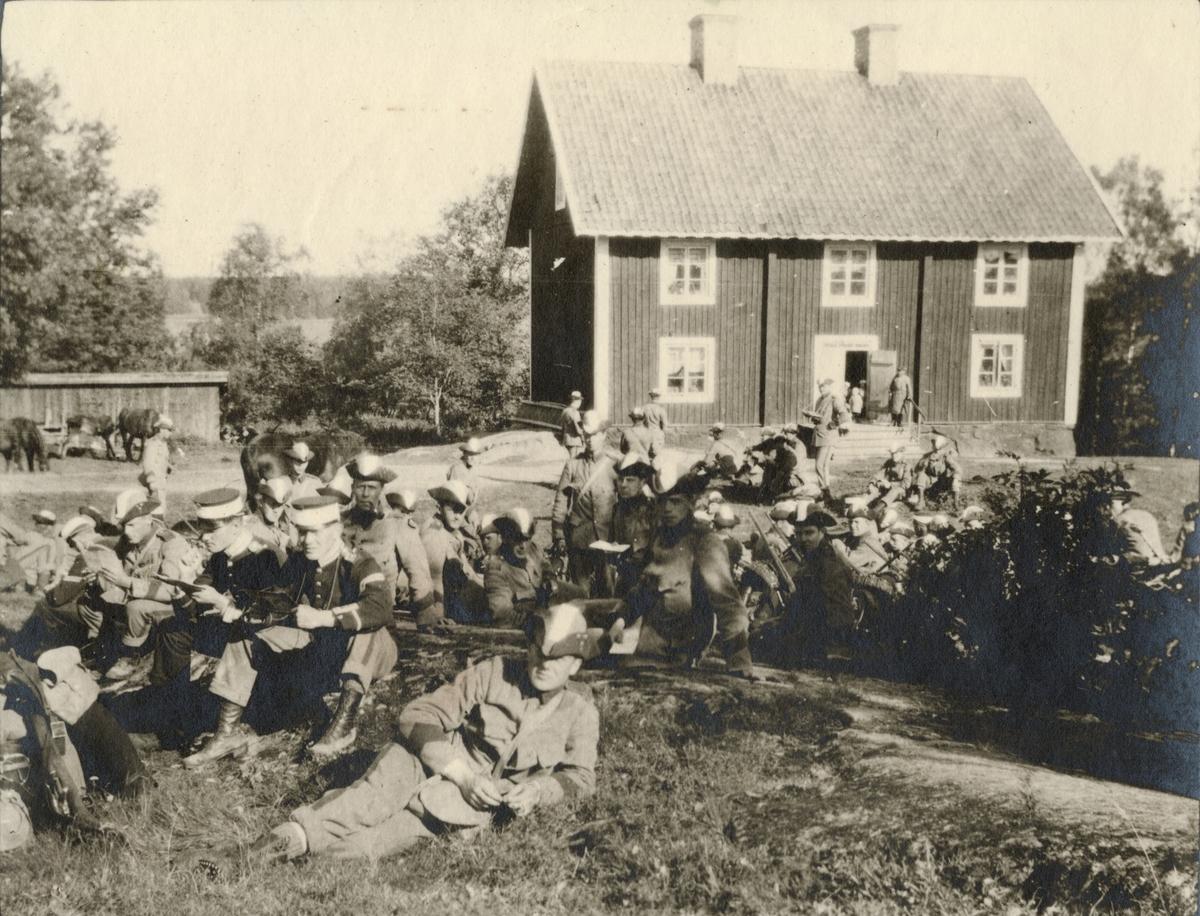 """Text i fotoalbum: """"Studentkompaniet under Svea lifgardes regementsövningar 1915."""""""