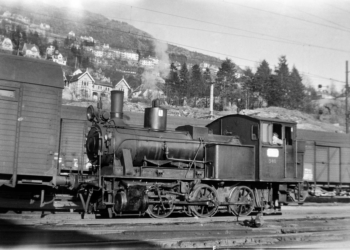 Damplokomotiv type 25b nr. 340 i skiftetjeneste på Bergen stasjon.