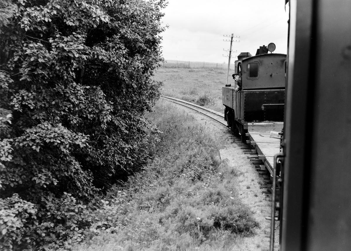 Damplokomotiv type XXIXb nr. 7 Prydz med oppsamlingstog etter Aurskog-Hølandbanens nedleggelse, her mellom Killingmo og Mork.
