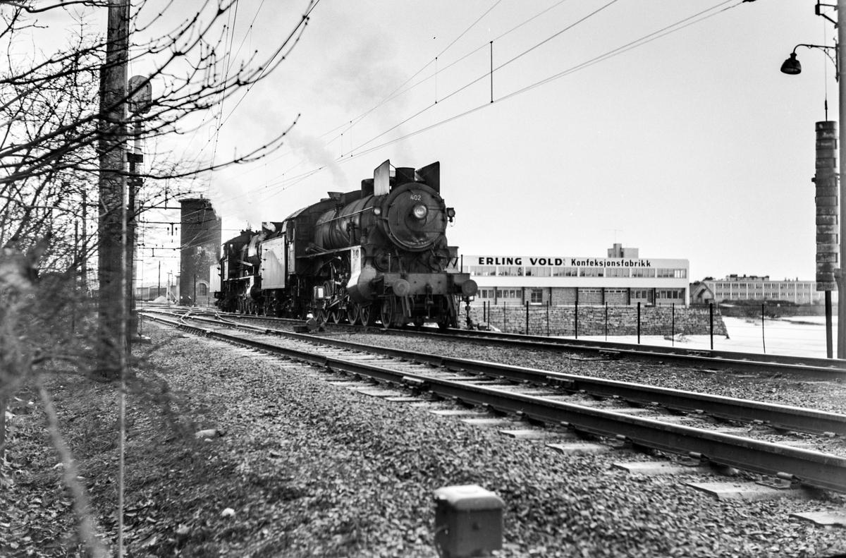 Damplokomotiv type 31b nr. 402 og type 30b nr. 346 på Hamar stasjon.