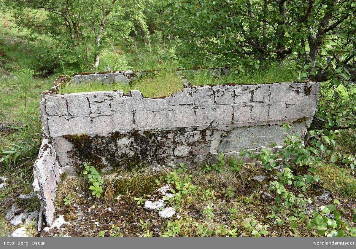Dokumentasjonsfoto. Gildeskål. Nordarnøy. 3. juli2018. Nordarnøy kystfort. Rester av vaskekummer i tuften av kjøkkebrakke/spisesal