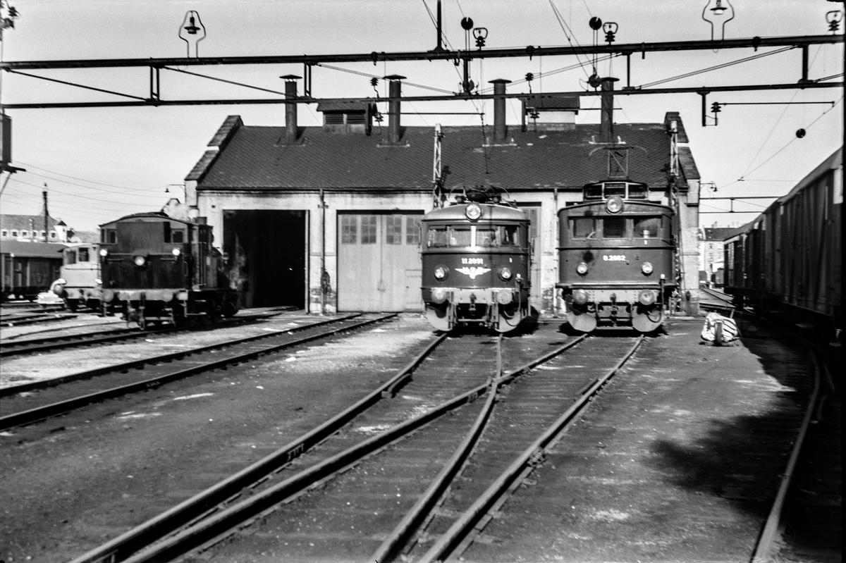 Driftsklare lokomotiver foran lokomotivstallen i Bergen. Fra venstre damplokomotiv type 25, elektrisk lokomtiv type El 11 nr. 2091 og El 9 nr. 2062.