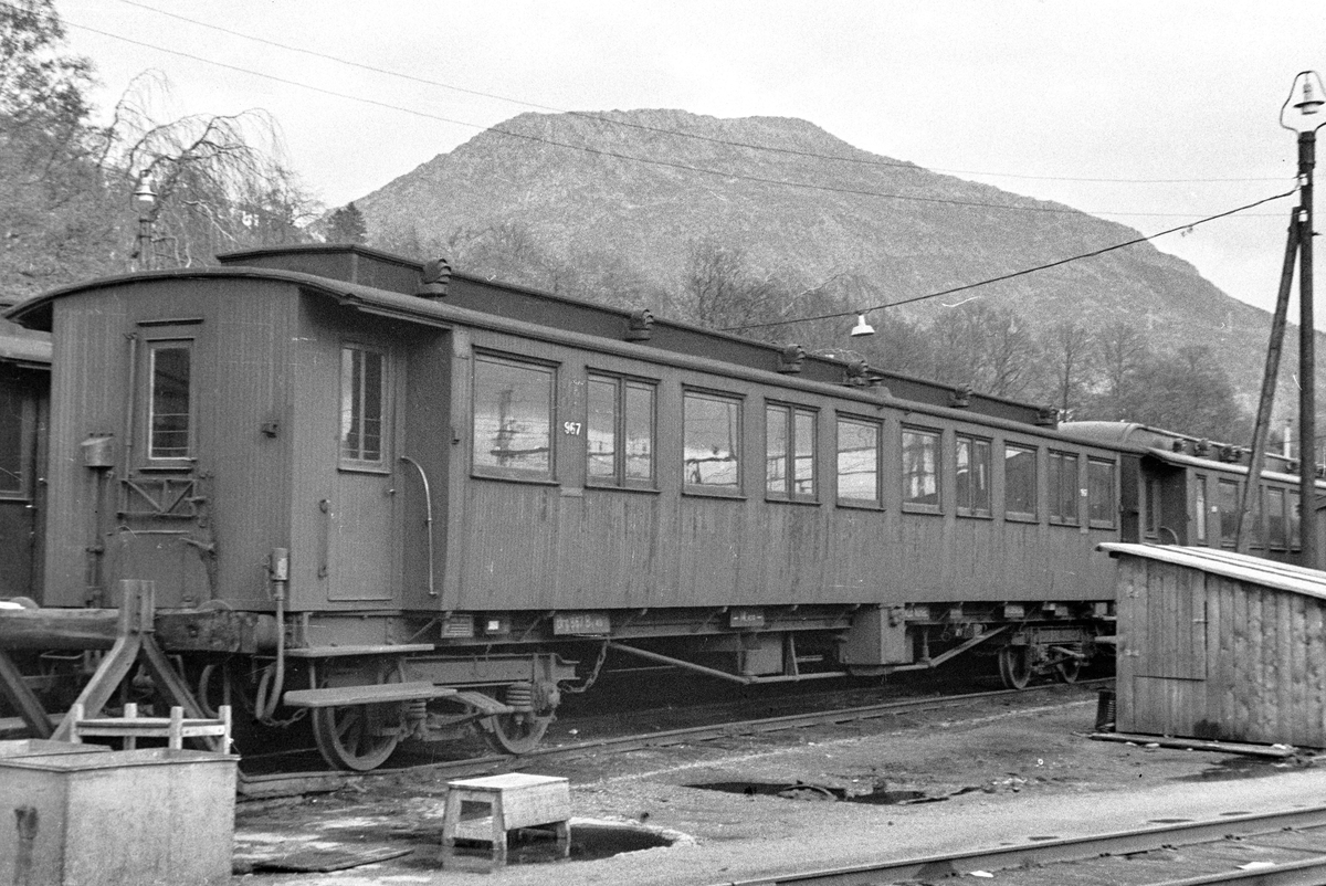 Personvogn litra Bo4b type 3 nr. 967 på Bergen stasjon.