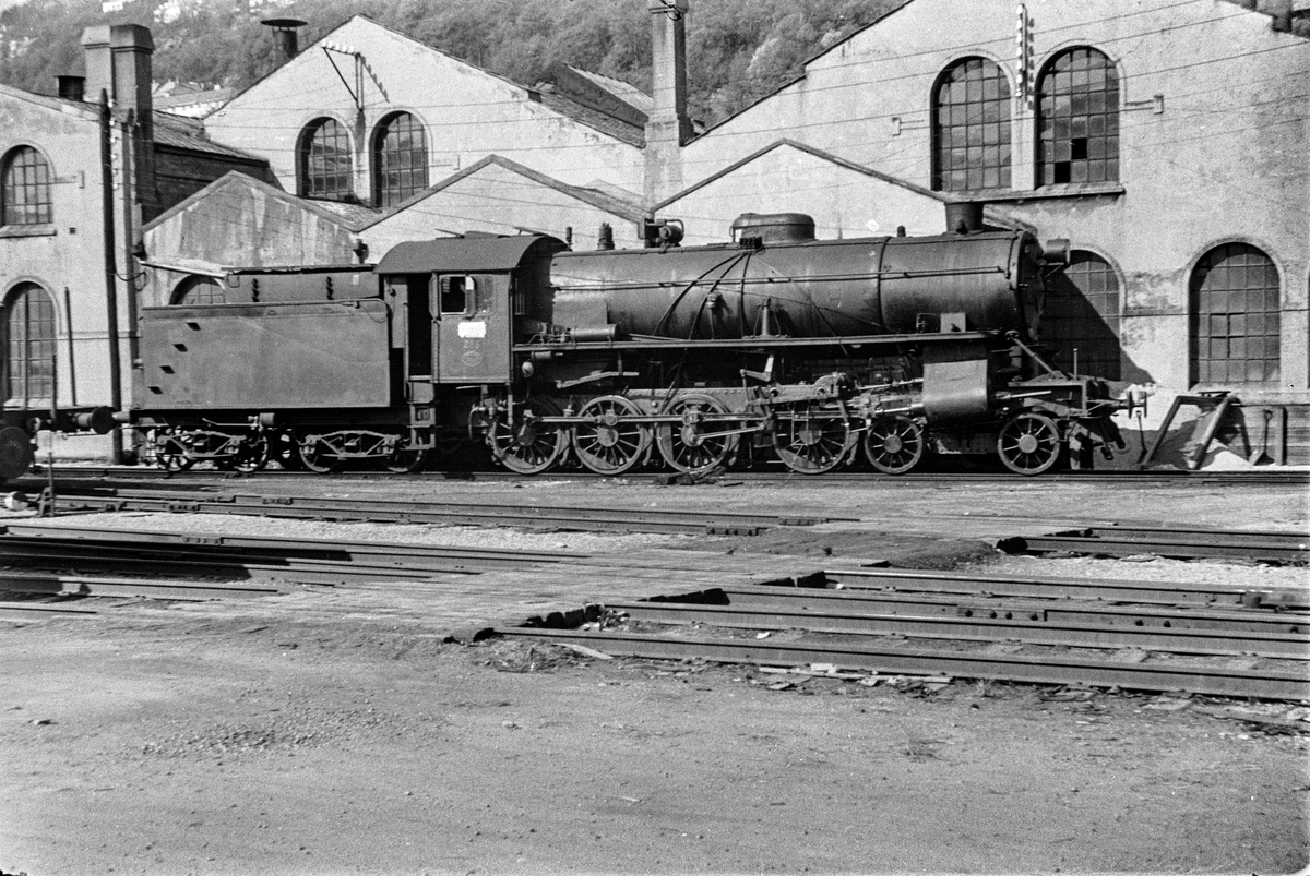 Damplokomotiv type 31a nr. 285 ved lokomotivstallen på Bergen stasjon.