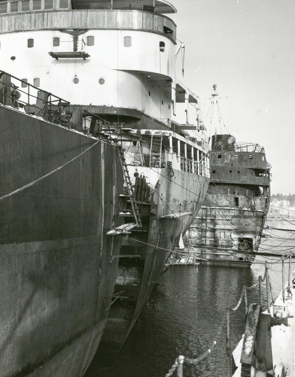 """Forskipet til bulk-carrier 'Etnefjell' og akterskipet til M/T 'Olav'. I bakgrunnen sees det utbrente akterskipet til 'Etnefjell'. I april 1969 fikk det """"nye"""" skipet navnet 'Besna'."""