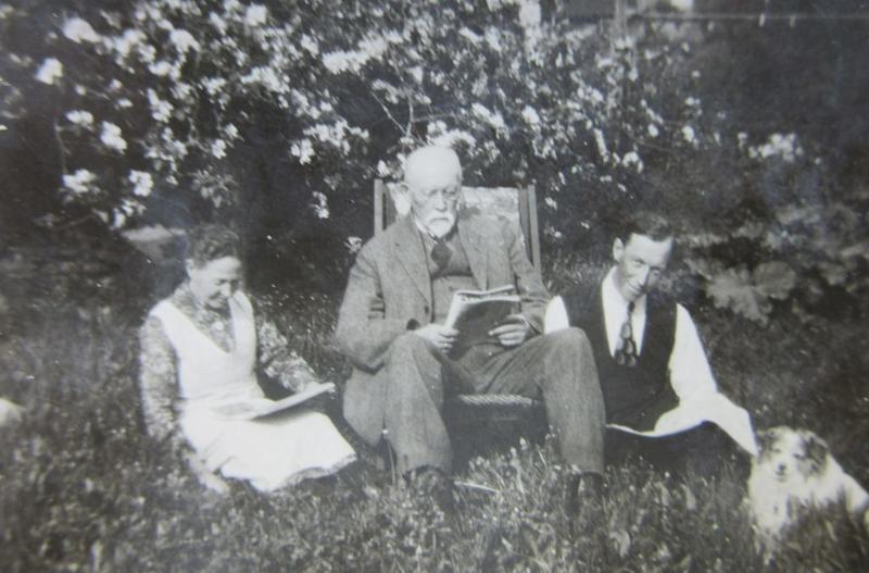 Karoline, Anders og Asbjørn hagen utenfor Wanggården sommeren 1926. Hunden Nelly er også med. Asbjørn emigrerte til Amerika i mars 1927.