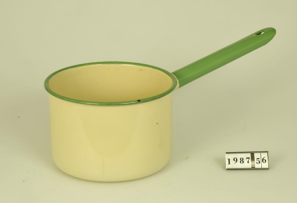 Gulemaljerad kastrull med grön dekorrand runt kanten samt på handtaget. Rymer 2 liter.