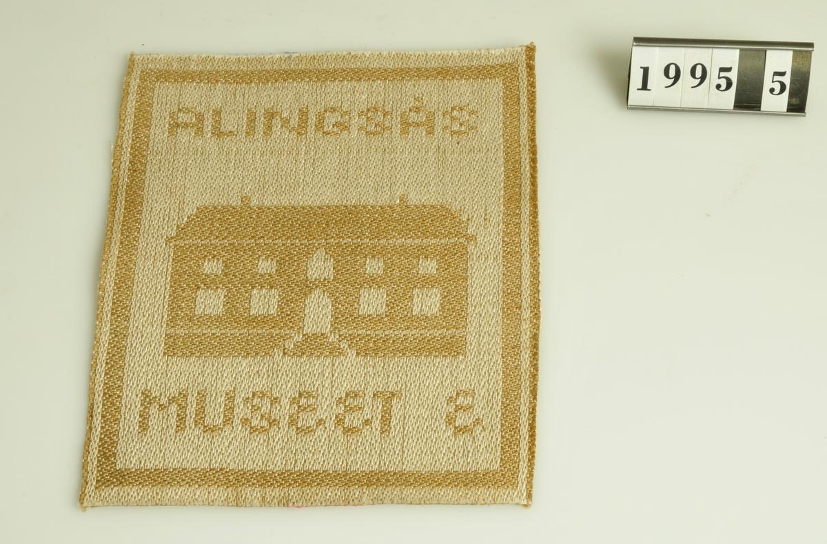 Motiv: Museet  Alingsås. Vävt i färgställningen brunt/vitt.          Inkom till Kulturnämndens kansli 198203 och överlämnades till Alingsås museums samlingar i mars 1995.