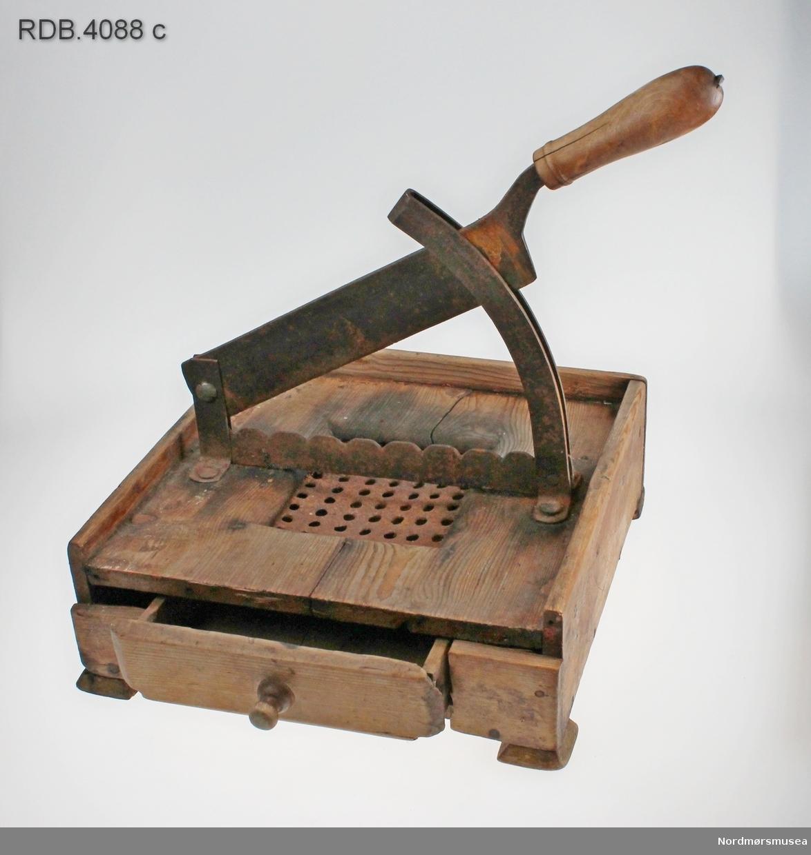 Sukkersaksa sitter fast på en trekasse. Den ene av knivene til saksa er festet til trekassen. Under saksa er det en metallrist. Når sukkeret blir klippet, faller de minste sukkerbitene gjennom hullene i rista. De blir fanget opp av en skuff, som dras ut fra kassens fremside.  På alle sidene til trekassen, bortsett fra fremsiden, er det en liten kant. Selve saksa er av jern, men har et trehåndtak.