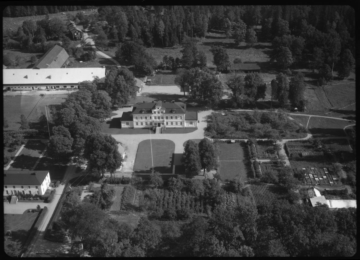 Flygfoto över Färna herrgården, Färna bruk, Färna. Tagen 1958 av AB Flygtrafik Dals Långed.
