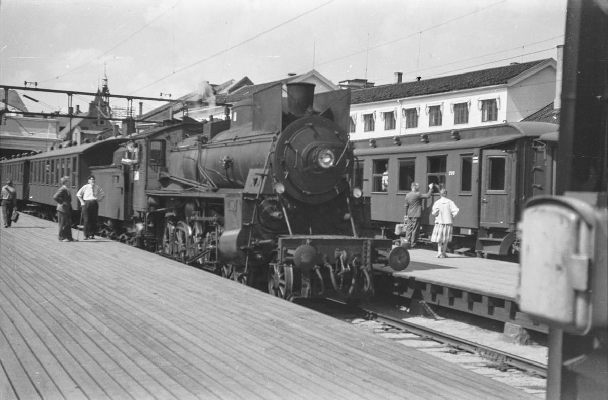 Persontog til Hovedbanen på Oslo Østbanestasjon. Toget trekkes av damplokomotiv type 26c nr. 398.