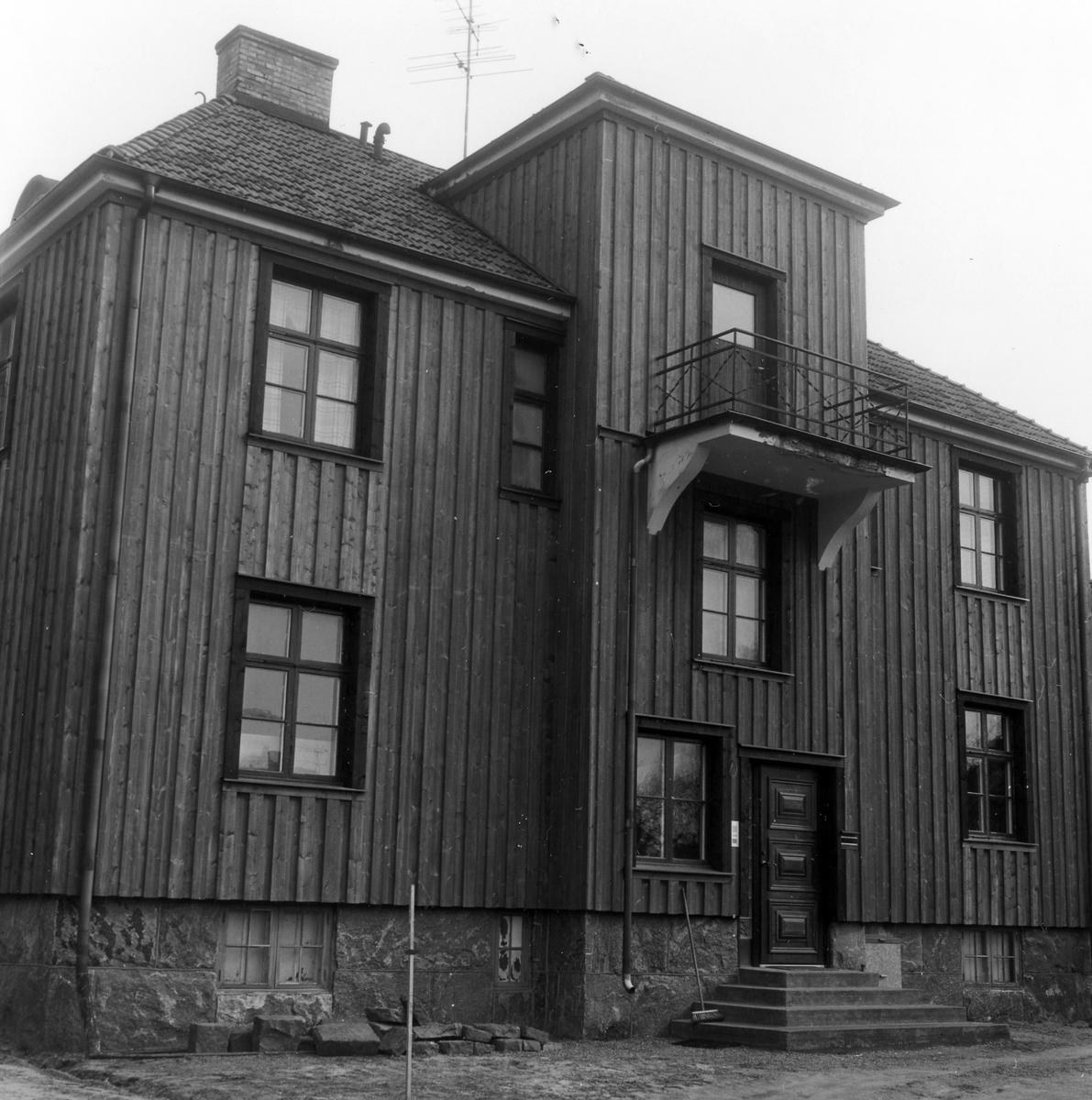 Tvåvåningshus med stående träpanel som fasadbeklädnad.  Byggnaden förseddes 1977 med utvändig tilläggsisolering, tidigare putsad fasader färgade i svagt grönt.  Kvarteret Fruktkorgen 6. Norra Ringgatan 65.