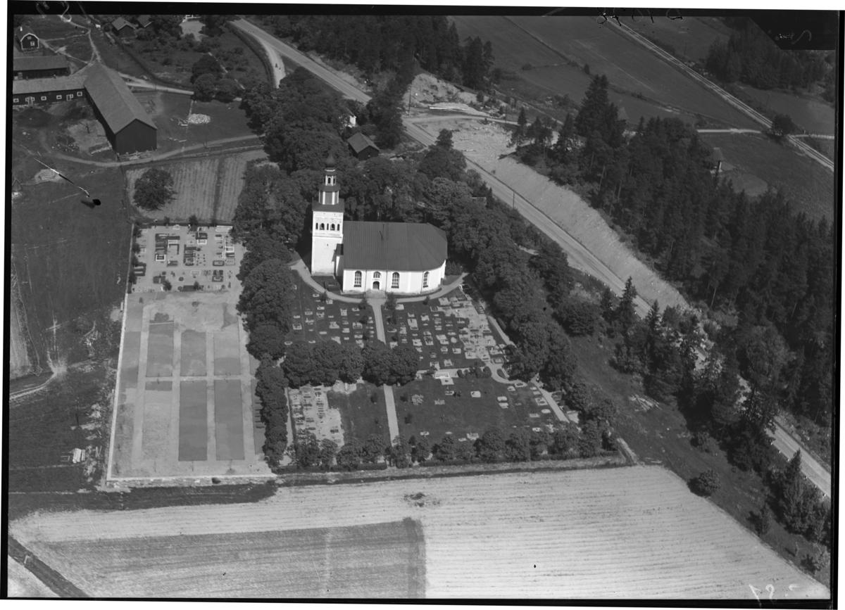 Flygfoto över Ramnäs kyrka, Ramnäs. Tagen av Ahrenbergsflyg.