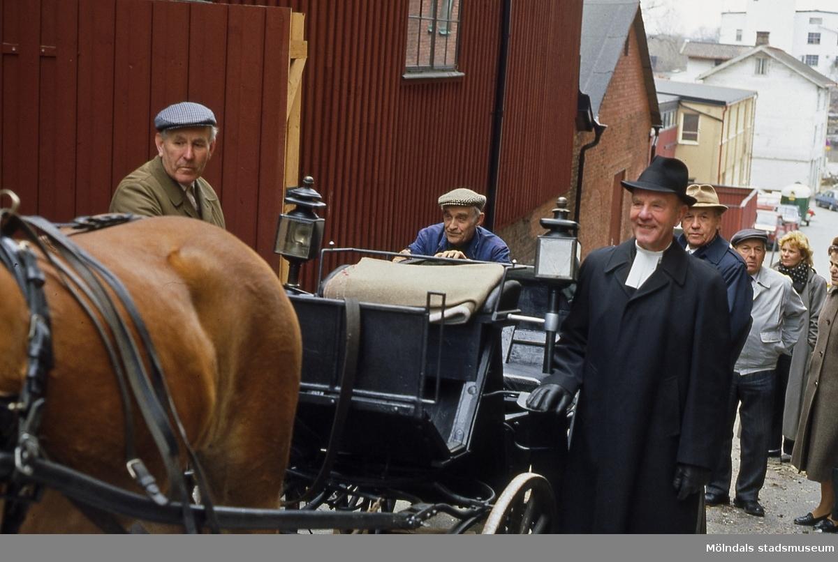 Kyrkoherde Blocks åkvagn som renoverats har kommit till Lantbruksmuseet vid Götaforsliden i Mölndals kvarnby, den 21/4 1987. Från vänster ses Sven Olof Olsson, Harry Bunketorp och Herman Gustavsson.