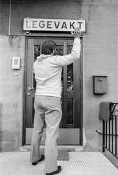 Sjangerbilde. Stengt dør. Mann banker på døren. Vanskelig åp